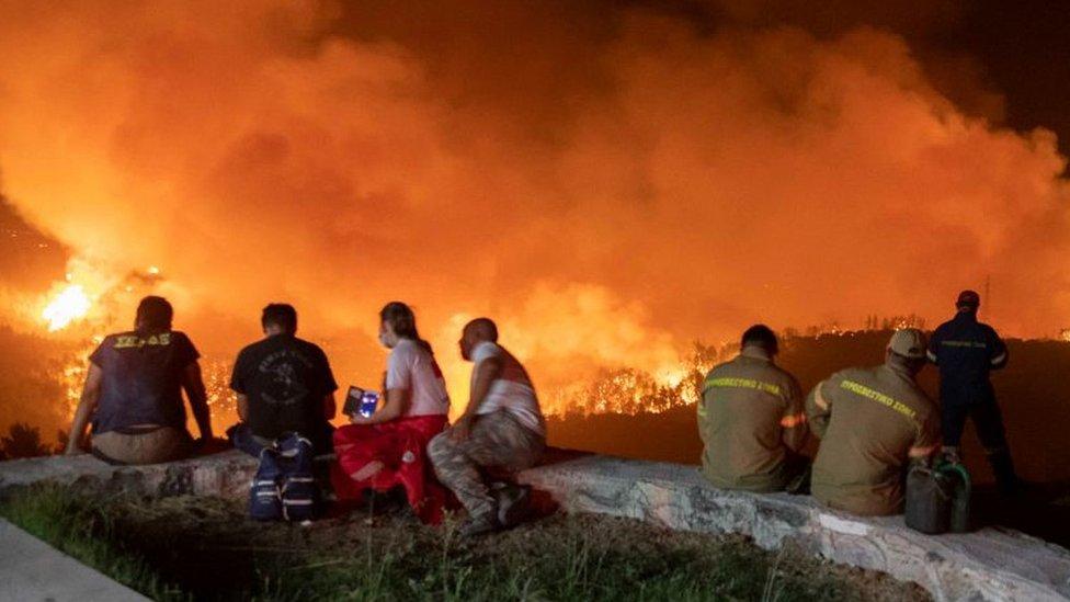 Meštani posmatraju vatrenu tihiju na Eviji, 5 avgust 21