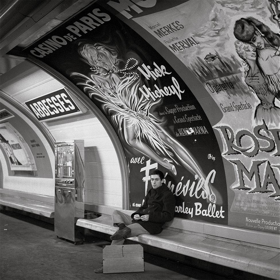 1965年,巴黎地鐵站台上候車的乘客