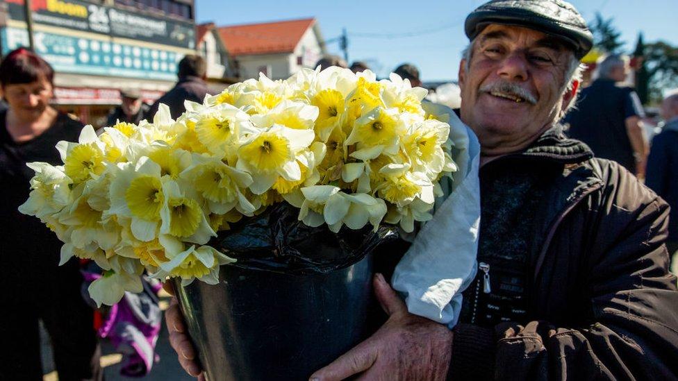 Čovek kupuje cveće
