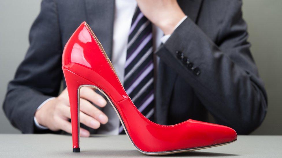 Науковий журнал відкликав скандальну статтю про привабливість жінок на підборах