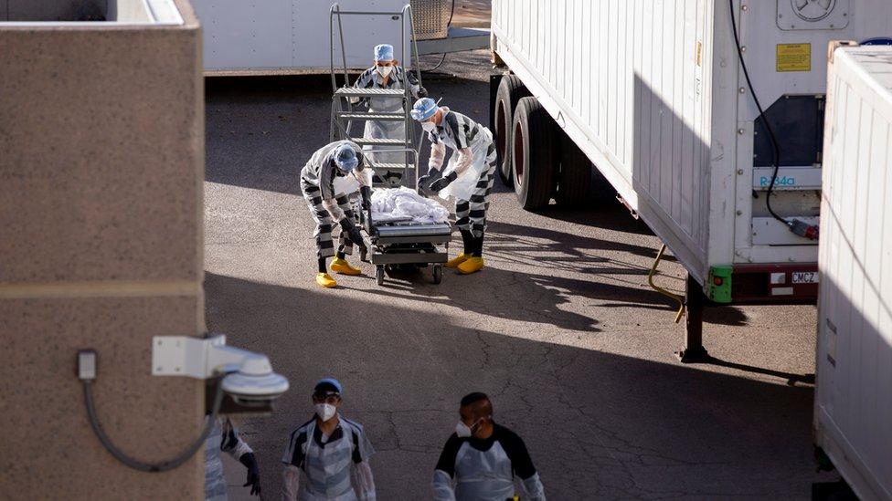 Un trío de presos entre las morgues móviles de El Paso