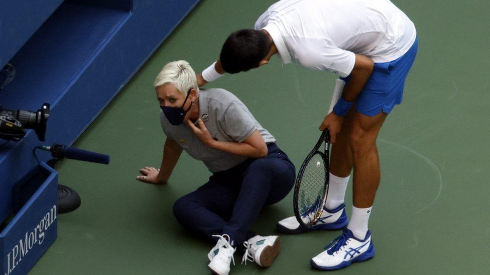 Novak Djokovic con la jueza de línea.