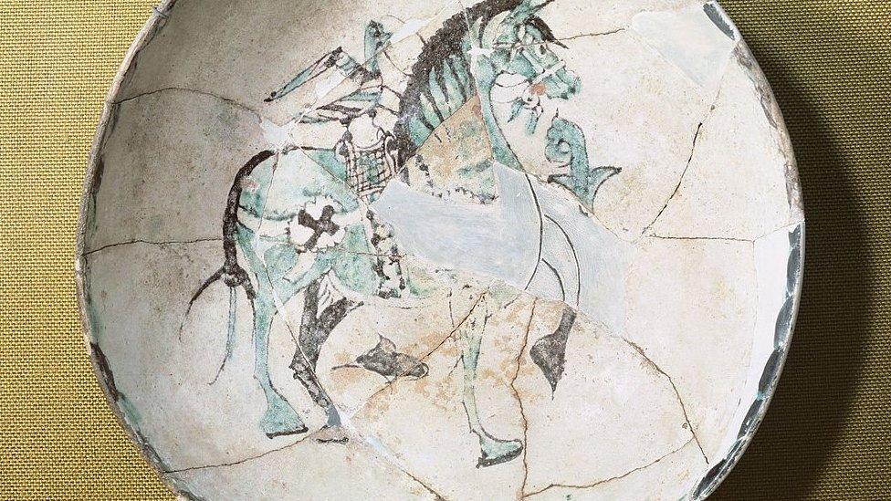 صحن فخاري يعود للقرن العاشر من الآثار الإسلامية في غرناطة