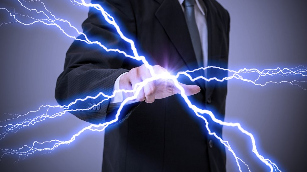 Hombre produciendo energía.