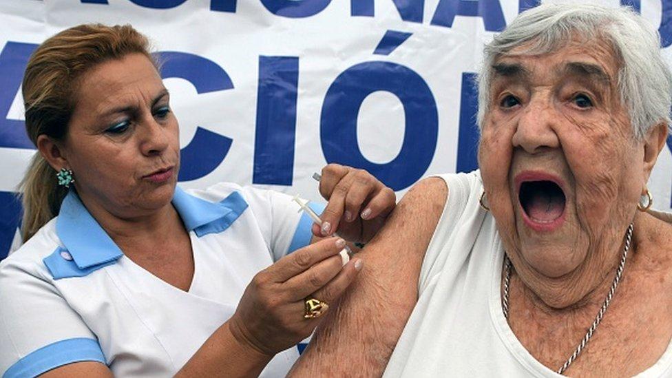 Una mujer recibe la vacuna de la gripe H1N1 en Honduras en 2018.