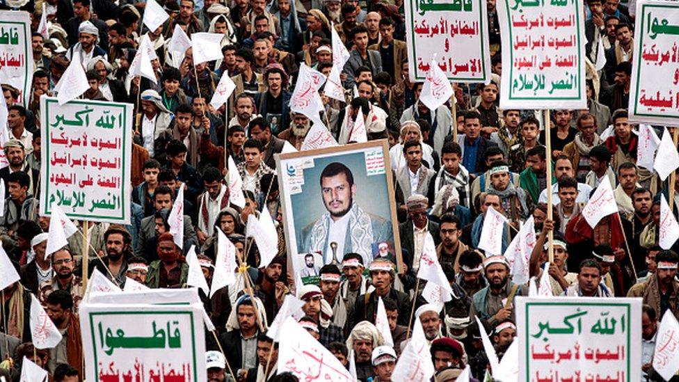 Sanaa'daki gösteride Husiler Abdülmelik el Husi'nin fotoğrafı ile