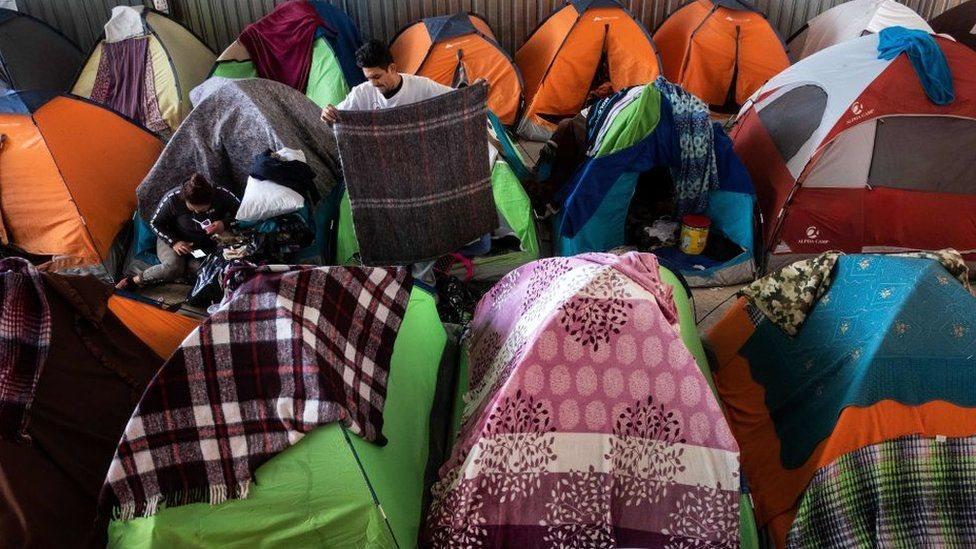 Cientos de migrantes están a la espera en Tijuana, México, para solicitar asilo en Estados Unidos.