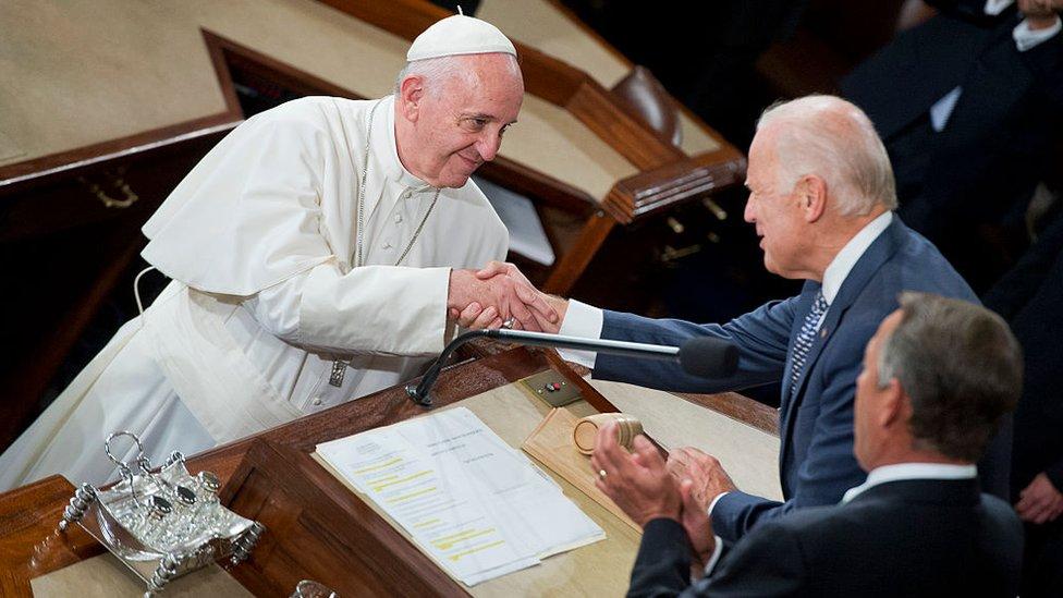 El papa Francisco y Joe Biden.
