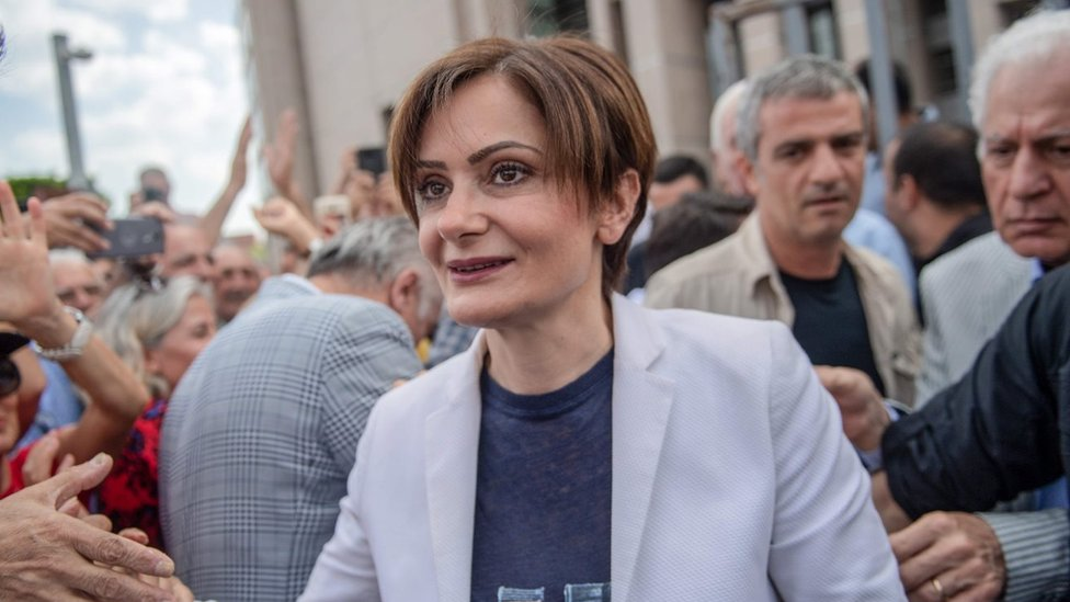 """People welcome Republican People""""' Party (CHP) Istanbul chief Canan Kaftancioglu (C) as she arrives in court. File photo"""