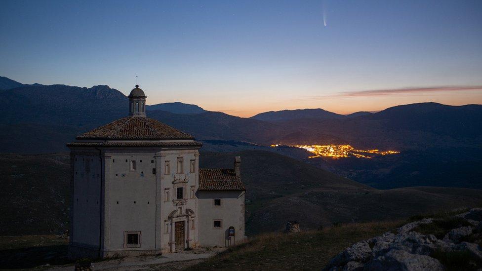 Komet Neowise bersinar di atas Santa Maria della Pietà Church in Rocca Calascio, L`Aquila in Italy, on 11 July