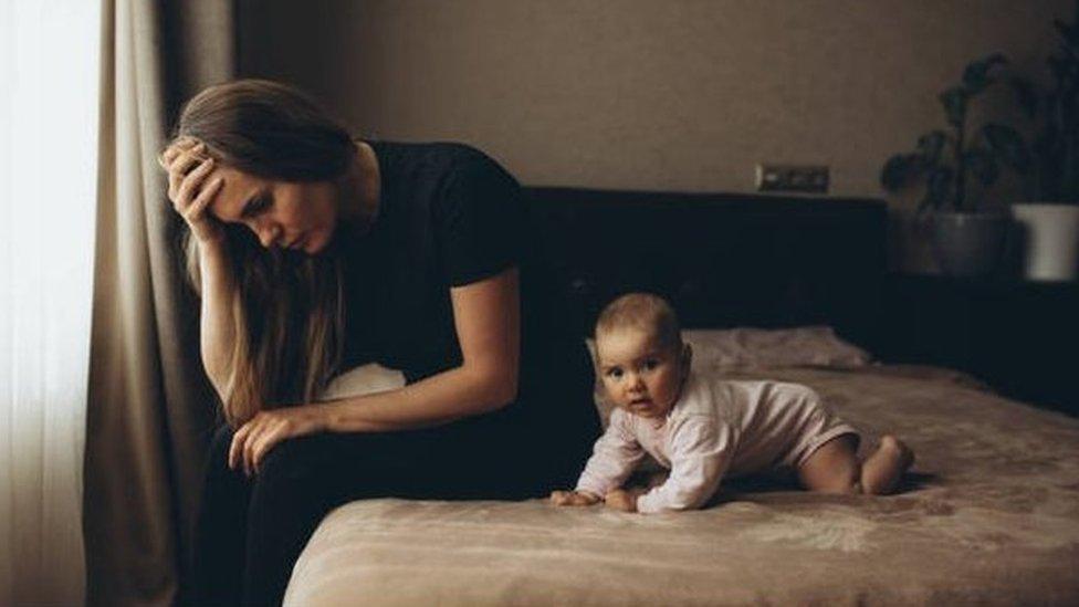 أمرأة مع طفل صغير