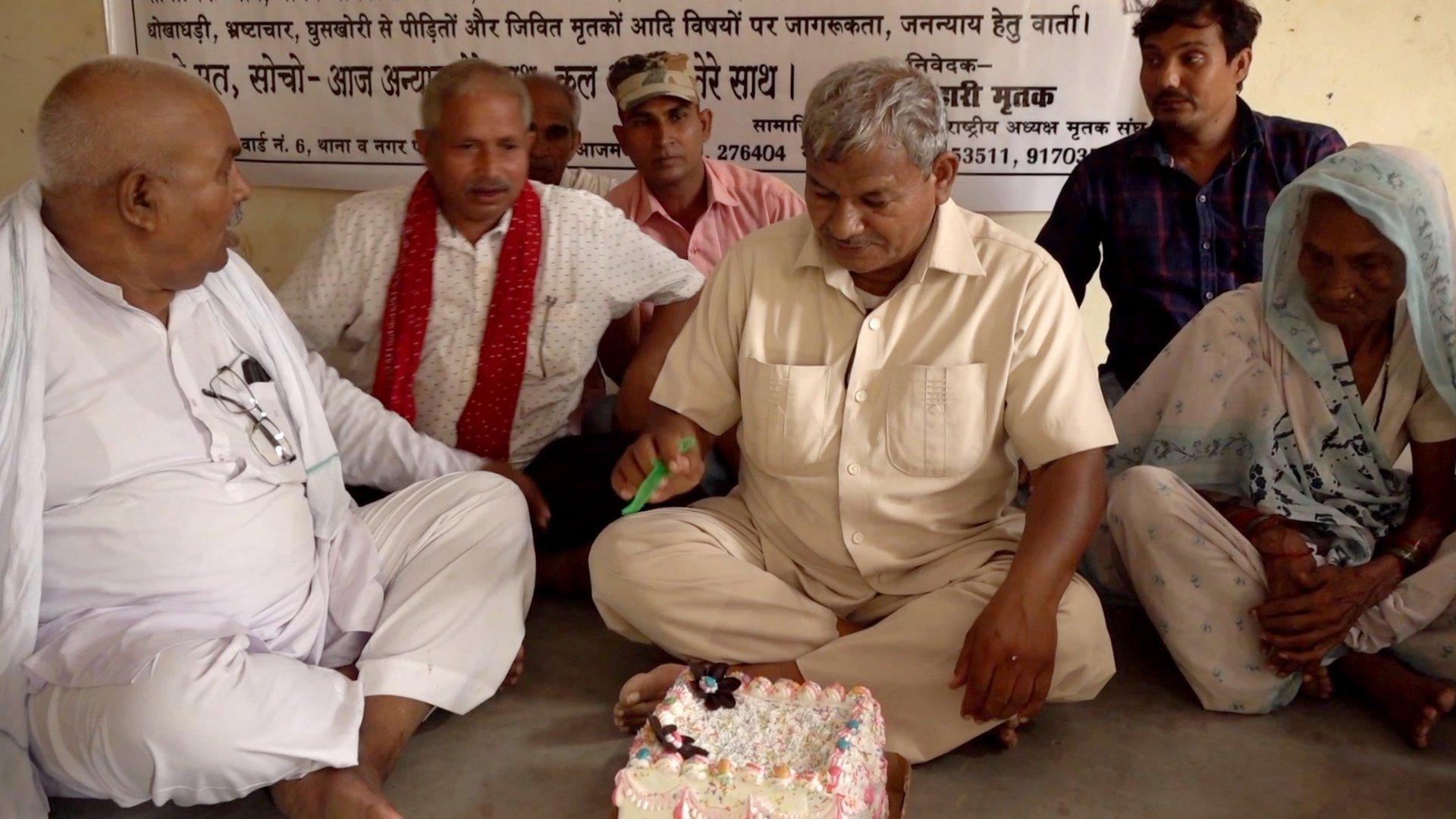 Lal Bihari Mritak y su pastel de cumpleaños.