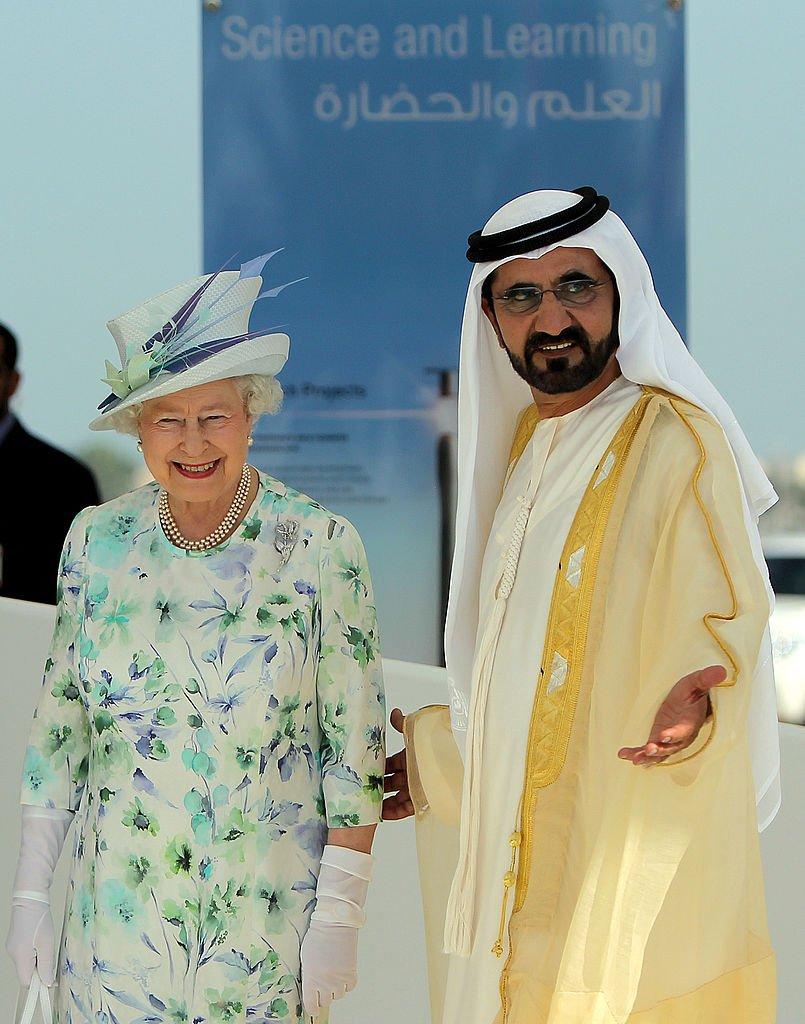 ملكة بريطانيا إليزابيث الثانية برفقة محمد بن راشد آل مكتوم، في الإمارات عام 2010