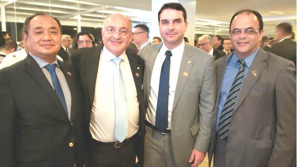 O reverendo ao lado de Flávio Bolsonaro