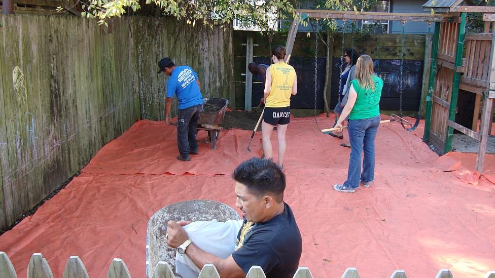 Limpeza de área recreativa em Nova Orleans, no qual uma tela de fibra sintética é colocada