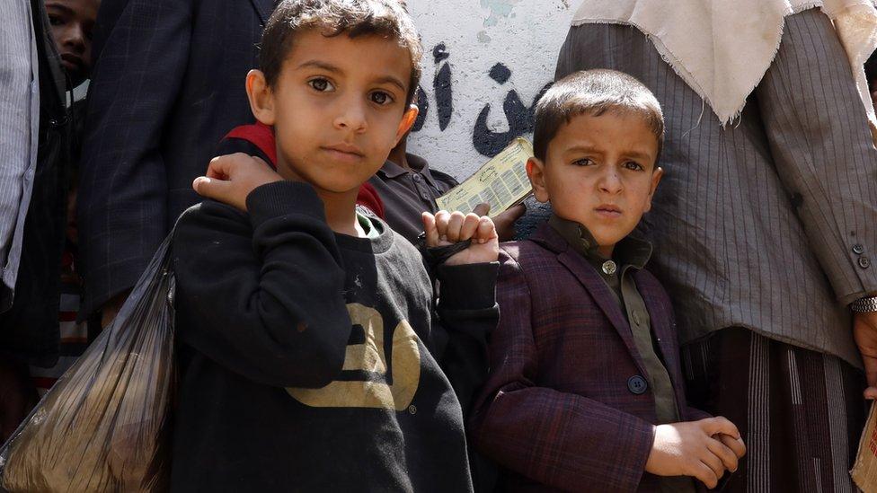 Niños en Yemen esperan recibir comida en Sana, en abril de 2020.