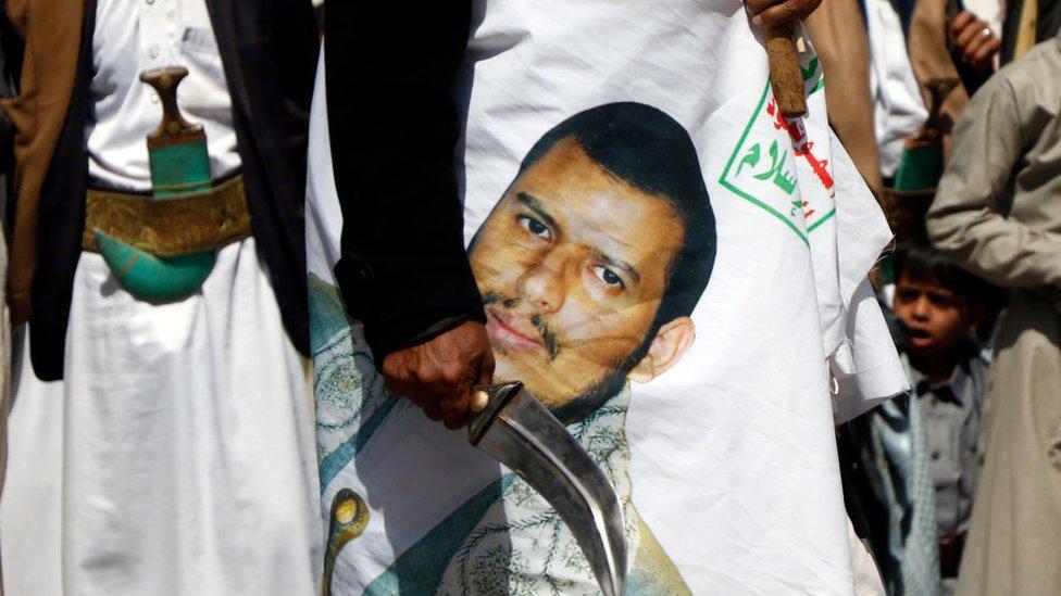 يمنيون موالون للحوثي