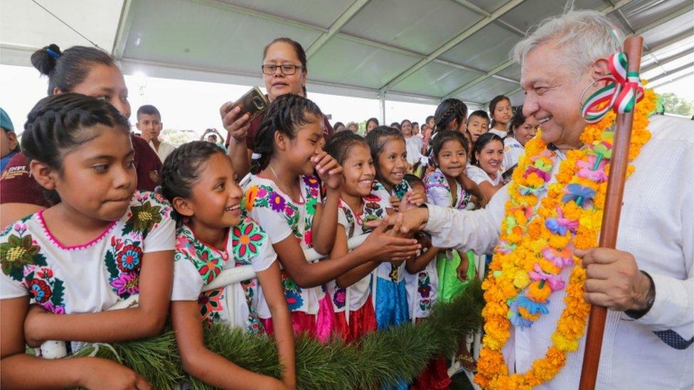 AMLO saludando a niños en Guerrero.