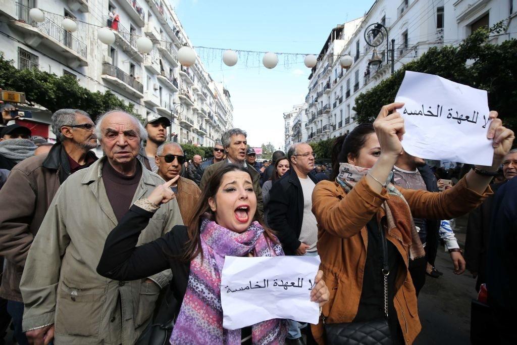 يحتج عدد كبير من الجزائريين على ترشح عبد العزيز بوتفليقة للولاية الخامسة، والذي شغل منصب الرئاسة منذ عام 1999