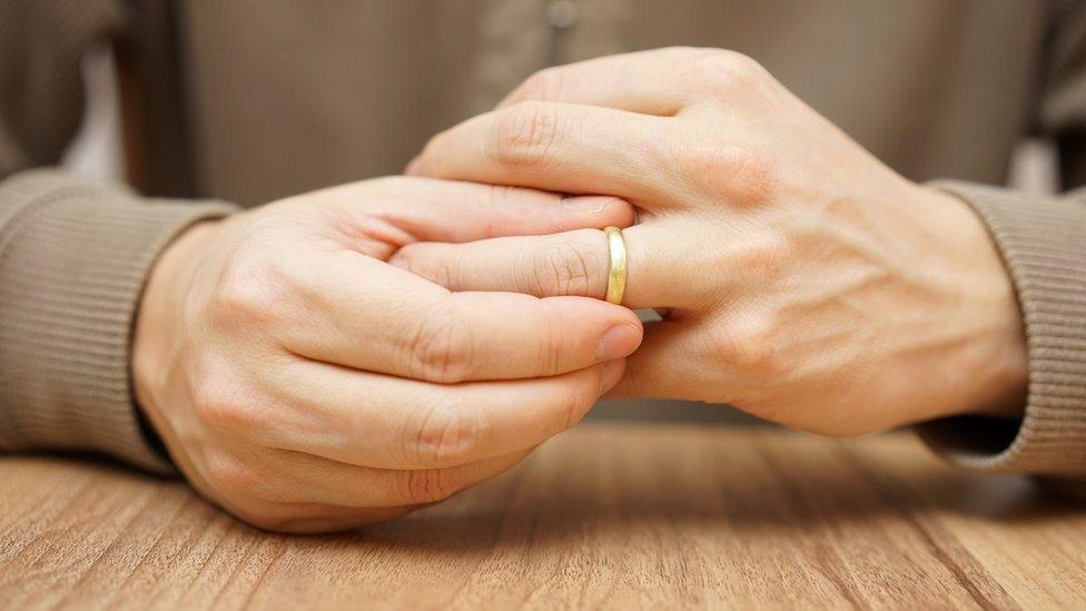 HOmbre quitándose un anillo de casado