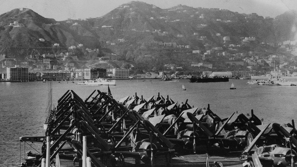 從一艘停泊維多利亞港的美軍航空母艦眺望香港島北岸(5/7/1948)