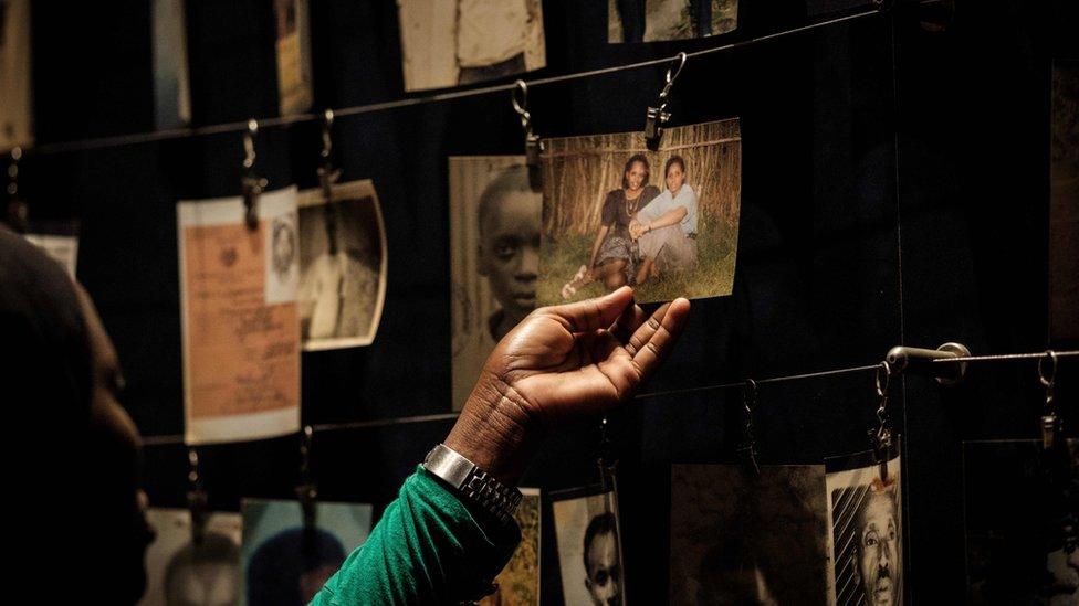 Fotografija iz 29. aprila 2018. godine pokazuje portrete žrtava