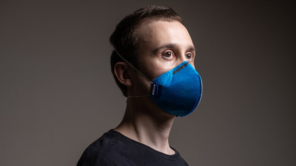 retrato de homem usando máscara de proteção (PFF2 ou N95) contra o coronavírus