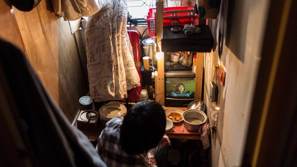 """香港一些分間樓宇單位(又稱""""劏房"""")的面積比監獄的囚室還小。"""