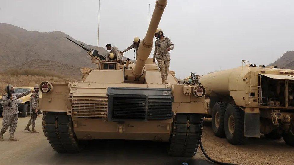 جنود على متن دبابة