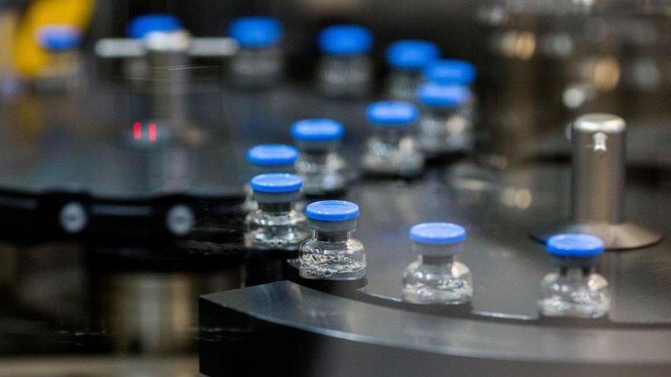 Una línea de producción de medicamentos