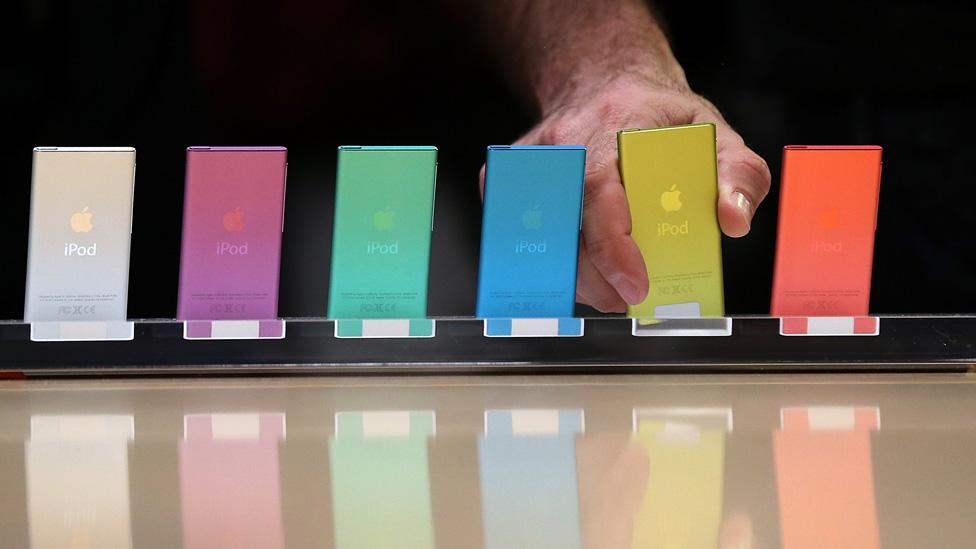 Los iPod conservaron la variedad cromática de los iMac y confirmaron que la i delante de la línea de producto sería una marca de identidad de la casa.