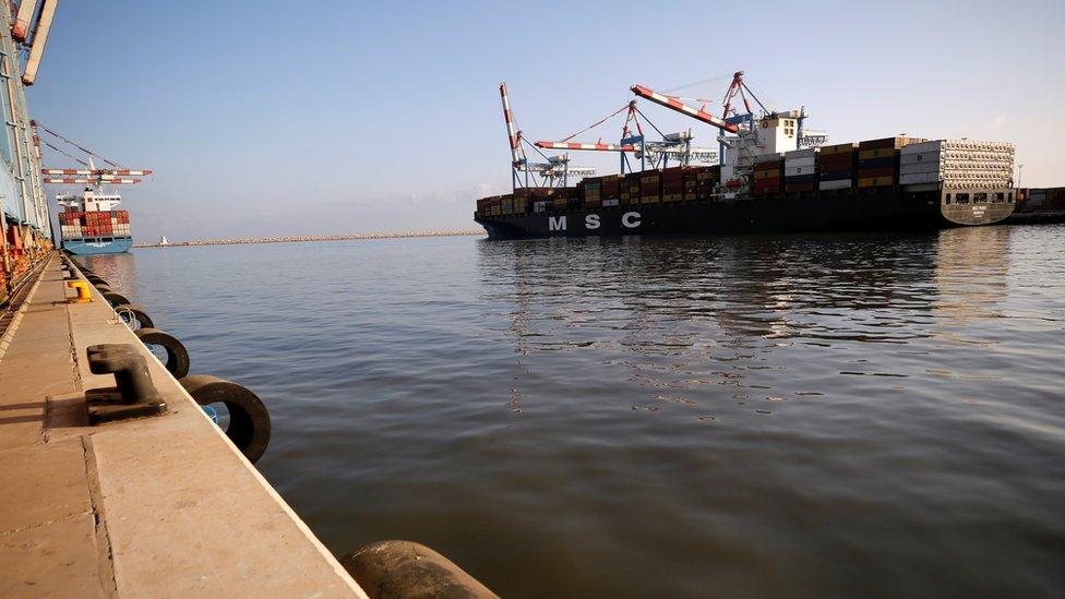 سفينة البضائع أم أس سي تحمل حاويات بميناء حيفا