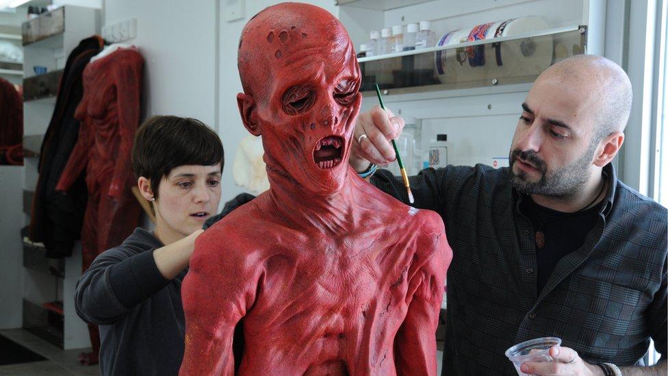 David Marti y otra artista trabajando en el disfraz de Javier.
