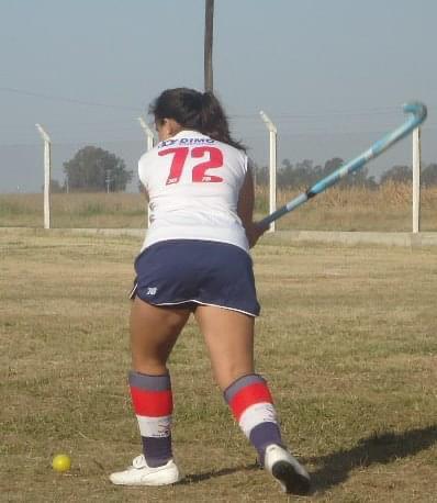 Chiara jugando al hockey.