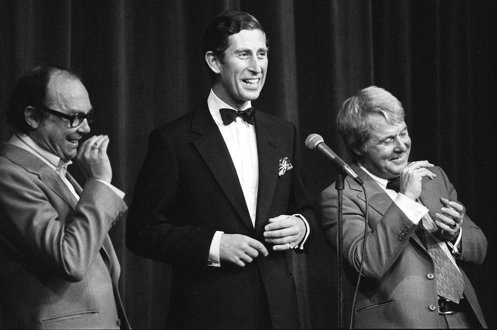 Princ Čarls sa komičarima Morkamom i Vajzom