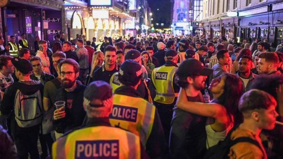 警察在街頭維持秩序,現場人潮洶湧(Credit: Getty Images)