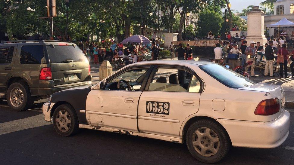 Taxi en parque central de San Pedro Sula.