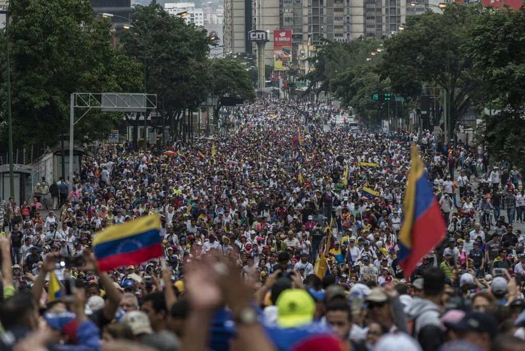 تجمع مئات الآلاف من المعارضين للرئيس الفنزويلي الحالي نيكولاس مادورو في كاراكاس مطالبين باستقالته. 23 يناير/كانون الثاني 2019