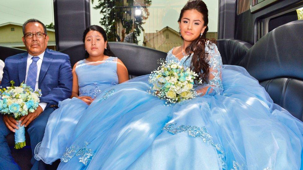Mónica dentro de la limosina celebrando su Quinceañera junto a sus familiares.