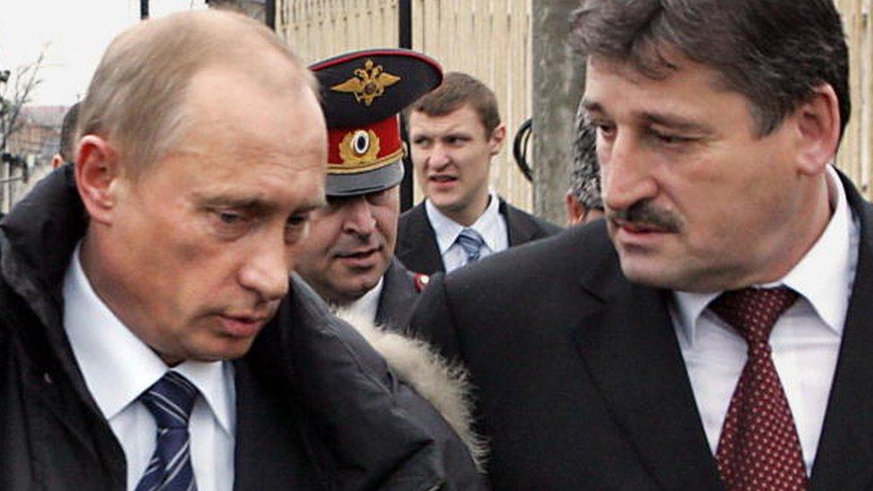 Putin na slici sa čečenskim predsednikom Aluom Alhanovim 2005. godine