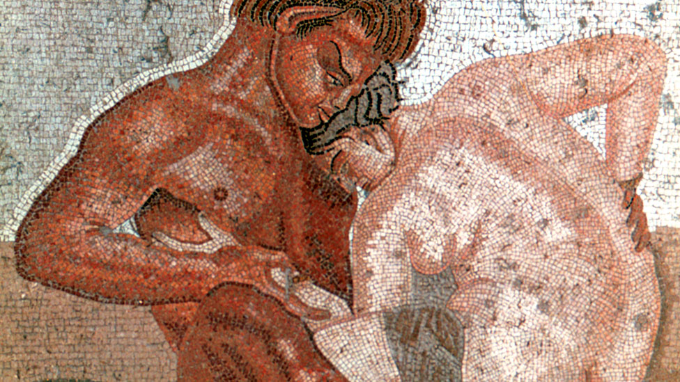 Un sátiro y una ninfa eróticos en una pared de la Casa del Fauno, construída durante el siglo II a.C en la ciudad romana de Pompeya.