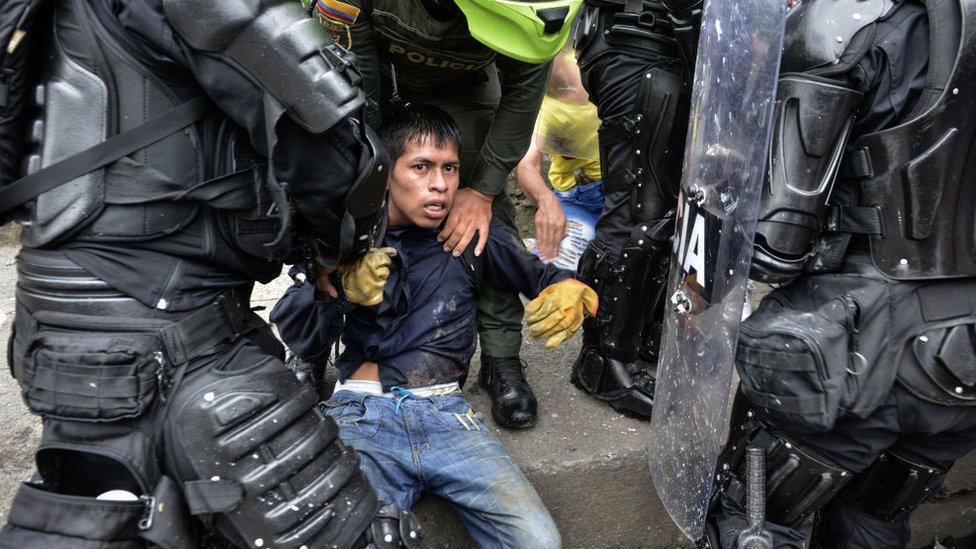 Policías y detenido