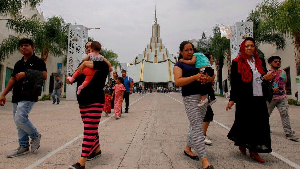 Un grupo de fieles de la iglesia La Luz del Mundo caminan en Guadalajara