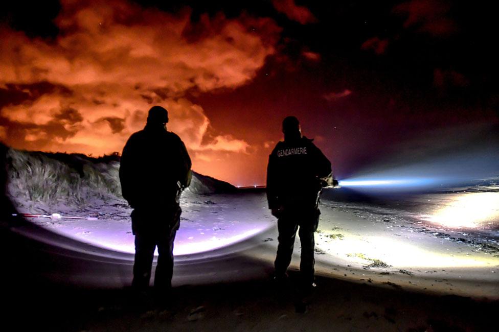 رجال الشرطة على الشاطئ في أوي بلاج ، بالقرب من كاليه، فرنسا