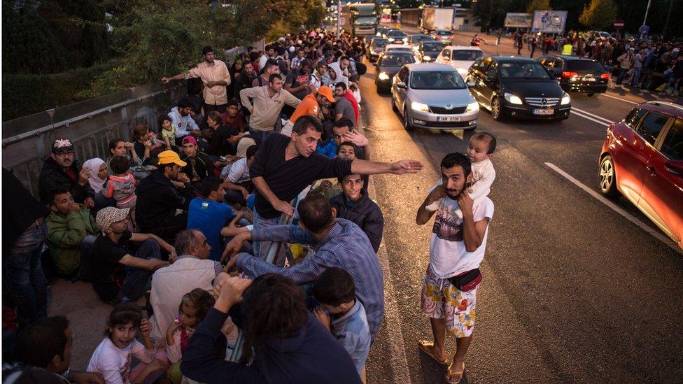 طوابير طويلة من اللاجئين السوريين بعد وصولهم ألمانيا