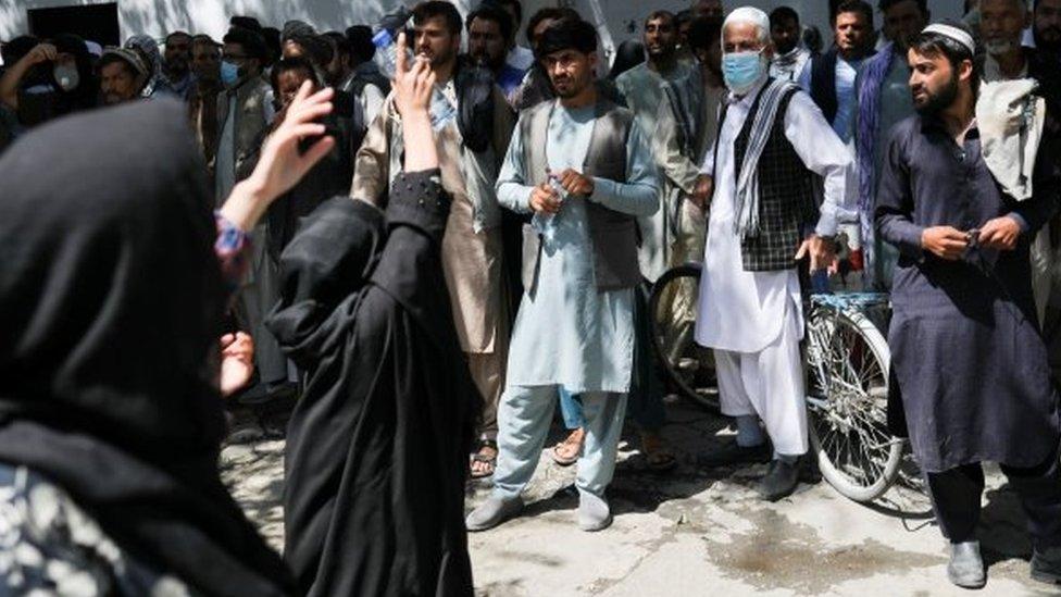 Un grupo de mujeres protesta en Kabul contra el gobierno talibán compuesto exclusivamente por hombres