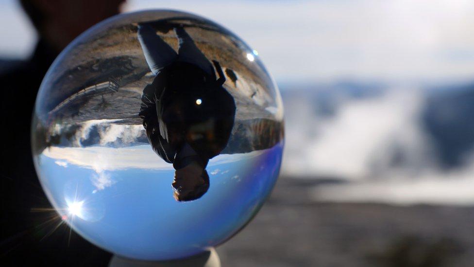 Čovek kroz kristalnu kuglu