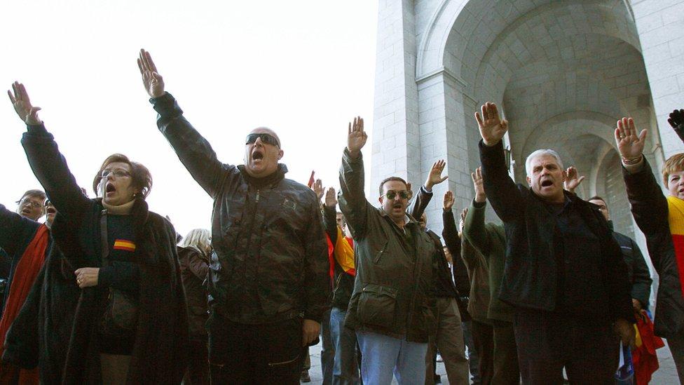 Simpatizantes de Franco realizan el saludo fascista en el Valle de los Caídos.