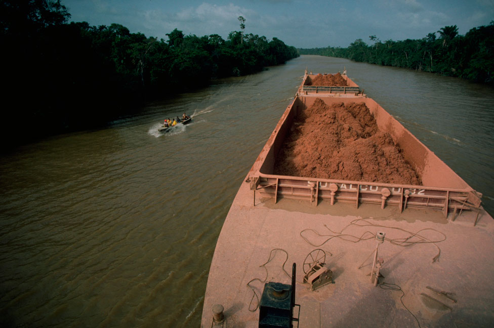 Barco transportando bauxita