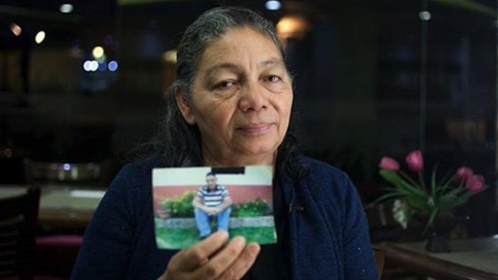 Bertila con una foto de su hijo Carlos